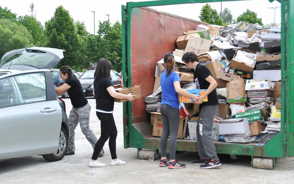 prostovoljci zbirajo papir